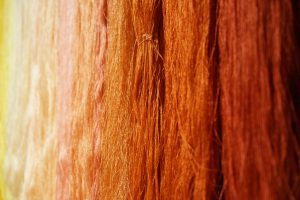 Pflanzengefärbte Seidenfäden